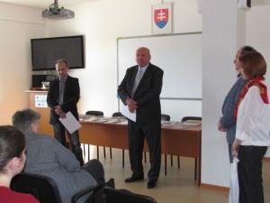 Diplomy za víťazstvo v kategórii odb-literatúra prevzali autor Michal Čajka (vľavo) a zástupca vydavateľa Ján Brašeň