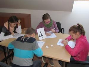 Súťažiaci počas testu