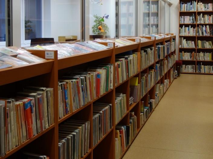 Časť nového interiérového vybavenia na oddelení náučnej literatúry
