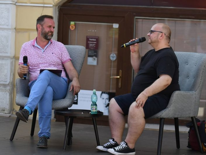 Besedu a čítačku s Dadom Nagyom moderoval riaditeľ knižnice Roman Večerek